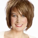 Женская стрижка на средние волосы с косой рваной челкой