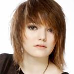 Женская стрижка на средние волосы с косой челкой