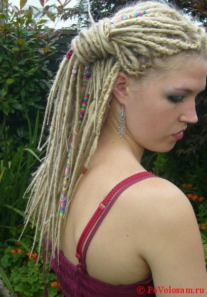 Естественные дреды на блондинке