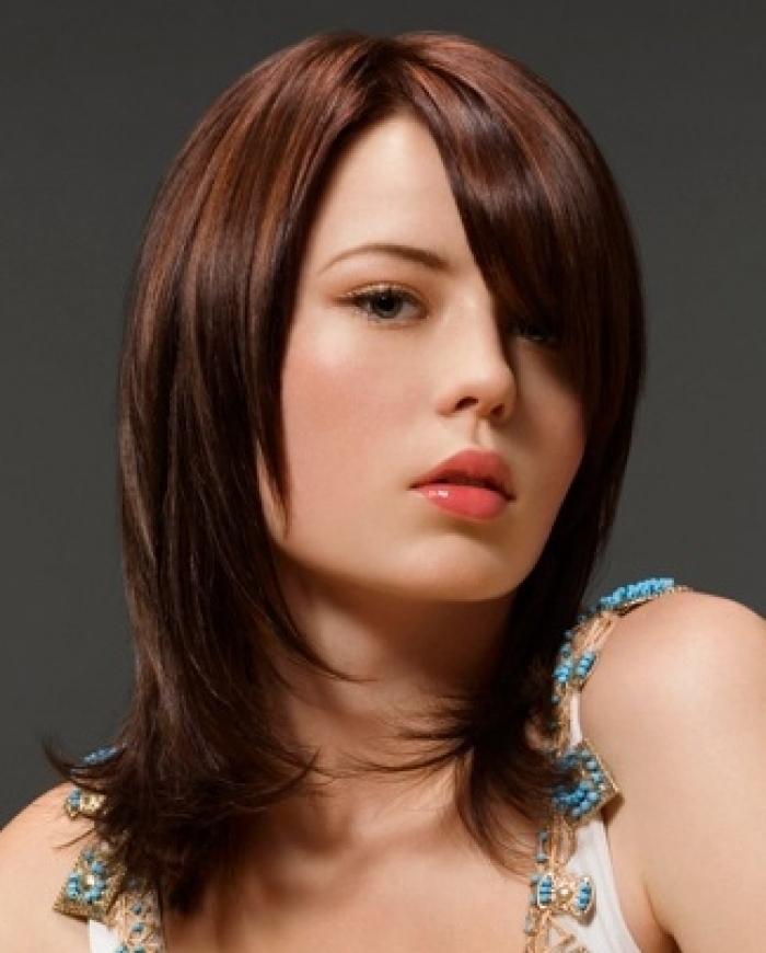 Стрижка для девушки на волосы средней длины