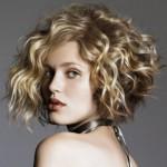 модная стрижка на средние волнистые волосы