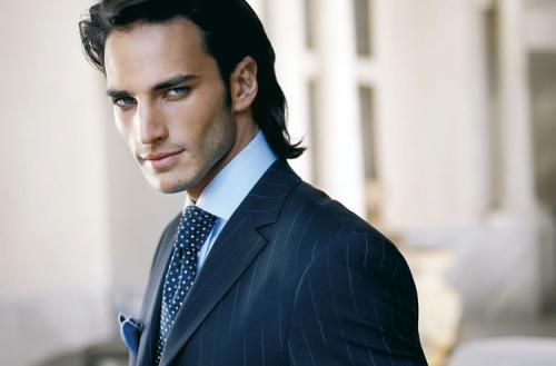 мужчина с длинными волосами в пиджаке