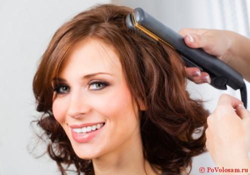 локоны на волосах средней длины утюжком.