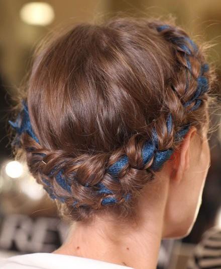 коса вокруг головы с вплетенной лентой