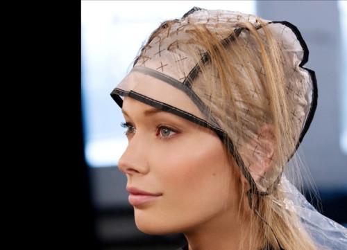 Берем головной убор (шапочку) и надеваем его на голову