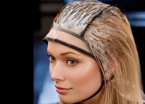 аккуратно вытягиваем пряди волос