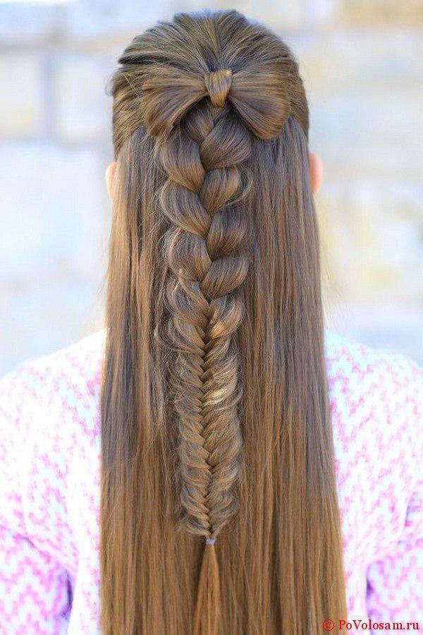 Красивый бант на распущенных волосах