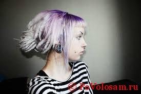 Девушка с фиолетовыми дредами