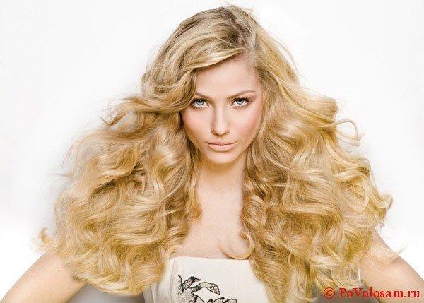 завитые волосы блонд