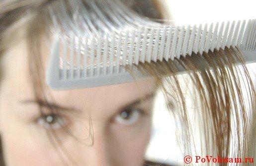 расчесывает волосы